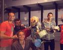 Ricardo Oliveira e David Braz levam comida a moradores de rua de Santos