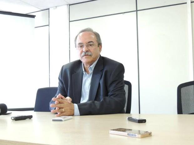 Secretário Pedro Eurico faz anúncio de exoneração do diretor do Cotel (Foto: Thays Estarque/G1)