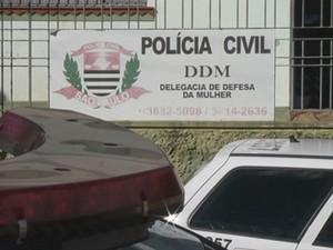 Menina foi levada à Delegacia da Mulher em Botucatu (Foto: Reprodução / TV TEM)