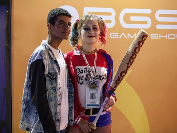 Fã tira foto com osplayer da personagem Arlequina durante a Brasil Game Show (Foto: Marcelo Brandt/G1)