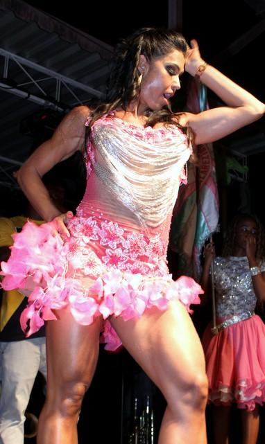 Gracyanne Barbosa samba muito em sua coroação (Foto: Henrique Oliveira/Photo Rio News)
