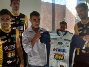 Uma camisa oficial do time, autografada pelos atletas, também foi doada. (Foto: Jucilene Magalhães / GloboEsporte.com)