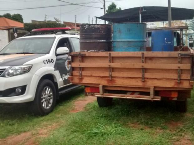 Droga e dinheiro estavam dentro de tambores na carroceria de uma caminhonete (Foto: Polícia Militar Rodoviária/Cedida)