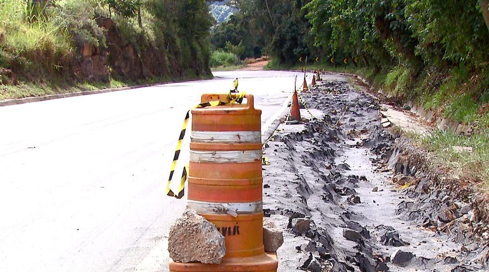 Cones sinalizam local da rodovia onde erosão prejudicou asfalto (Foto: Eder Ribeiro/EPTV)