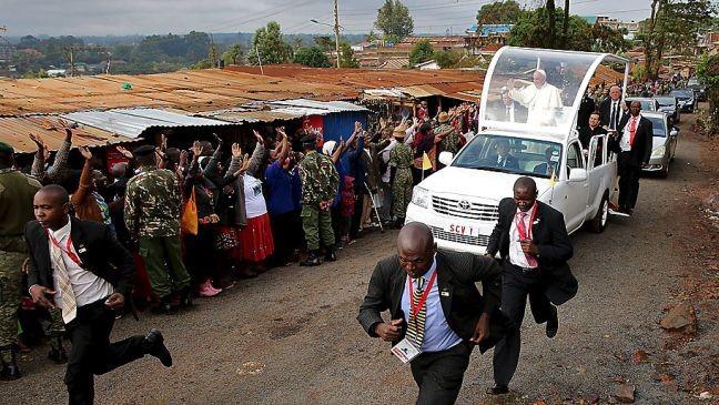 Papa Francisco visita favela Kangemi na periferia de Nairóbi, no Quênia (Foto: Goran Tomasevic / Reuters)