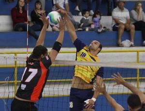 Jogadores do Atibaia e São José disputam na rede (Foto: Antonio Basílio/ Divulgação PMSJC)