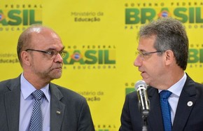 Os ministros interino da Educação, Luiz Claudio Costa (esq.) e da Saúde, Arthur Chioro, durante entrevista sobre abertura de novas faculdades de medicina (Foto: Wilson Dias / Agência Brasil)