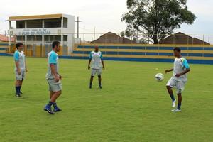 Atletas do Cene treinam com bola no campo do Olho do Furacão (Foto: Hélder Rafael)
