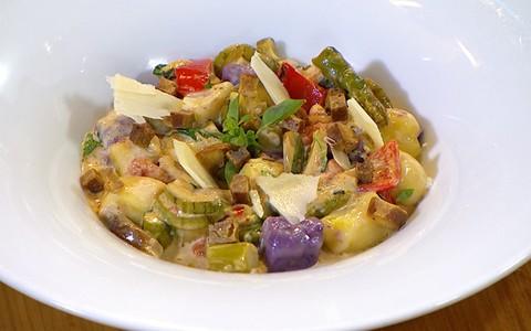 Nhoque de batata baroa e batata roxa com legumes