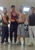 Na China, ex-BBB Roni fala dos músculos: 'Me chamam de Superman'