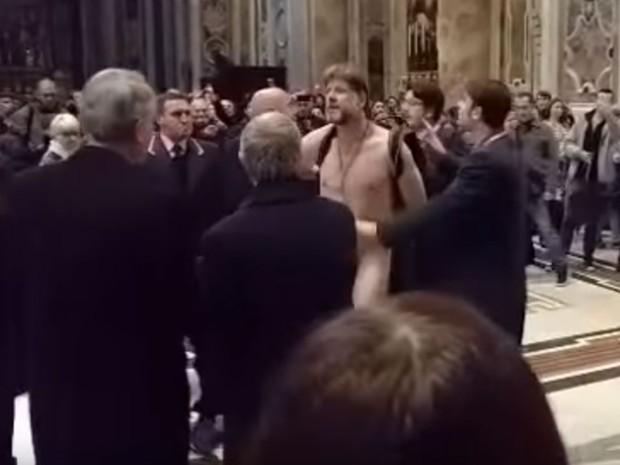 Brasileiro é contido por seguranças ao desfilar nu pela Basílica de São Pedro (Foto: Reprodução/Youtube/Alvaro Torrico)