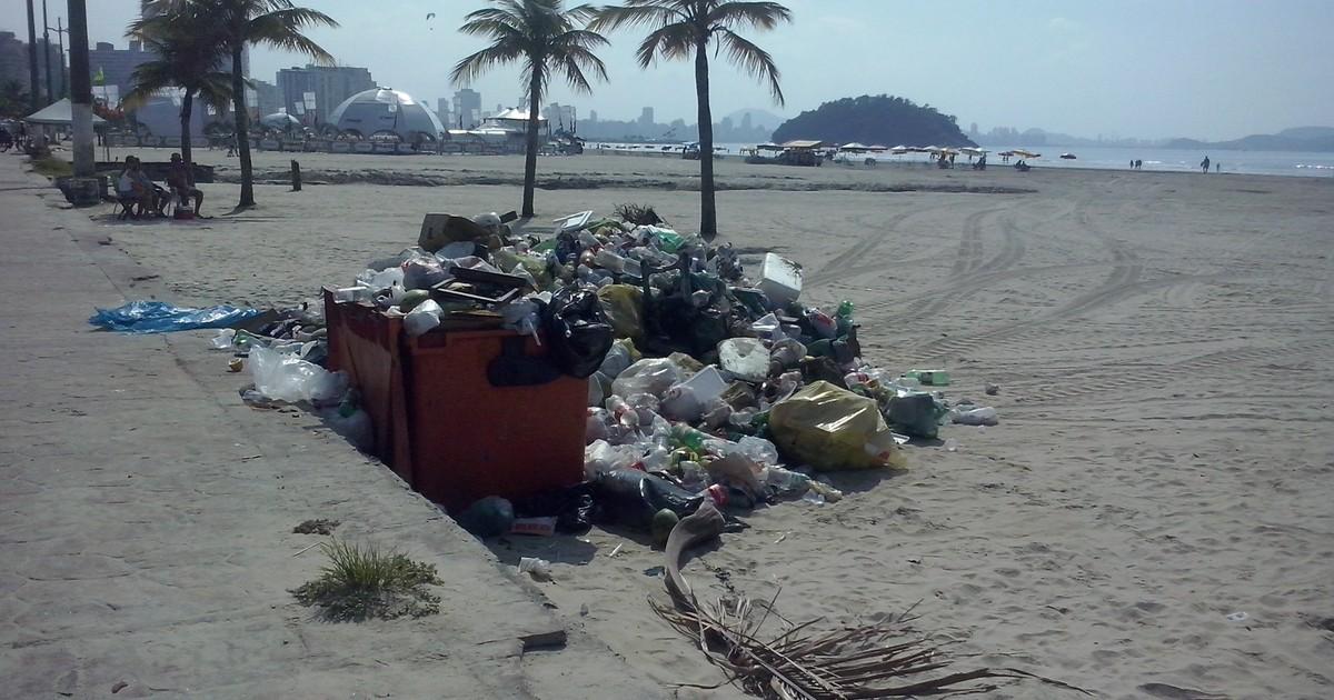 Morador flagra montanha de lixo na orla da praia de São Vicente, SP - Globo.com