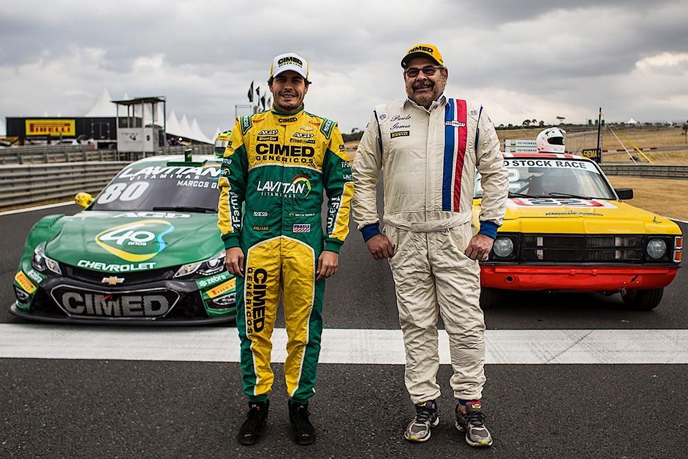 Marcos Gomes campeão da Stock Car em 2015, ao lado do paizão Paulo Gomes primeiro campeão da Stock Car, em 1979 (Foto: Bruno Terena/RF1)