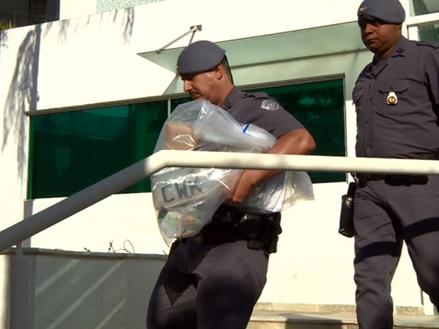 Policiais militares durante apreensão de documentos em Indaiatuba (Foto: Reprodução EPTV)