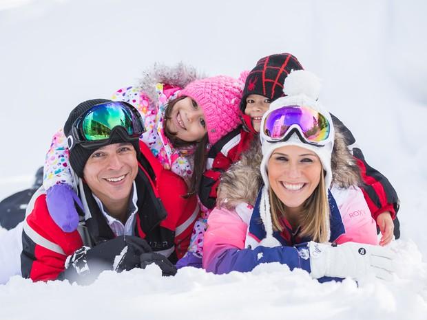 Fernanda Pontes e Diogo Boni com os filhos, Maria Luiza e Matheus (Foto: Tamara Susa (bethexperience))