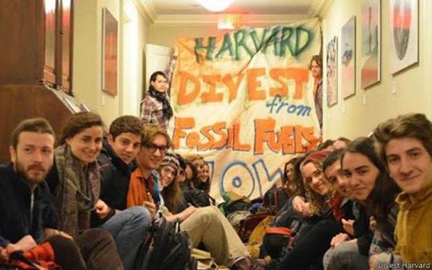 Além da ação judicial, os estudantes promoveram uma invasão da reitoria de Harvard (Foto: Divulgação/Harvard/BBC)