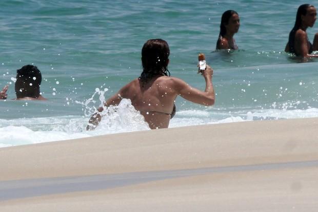 Carla Marins na praia da Barra da Tijuca, RJ (Foto: Marcos Ferreira / FotoRioNews)