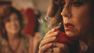 Iolanda encontra uma rosa em seu camarim e fica intrigada