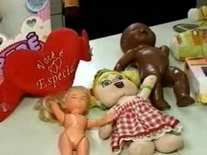 Segundo delegada, mulher atraia crianças com brinquedos (Foto: TV Verdes Mares/Reprodução)