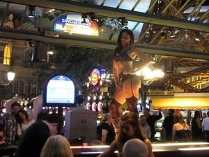 Mulher dança em cima de mesa do cassino do hotel Paris Las Vegas (Foto: Flávia Mantovani/G1)
