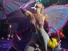 Com os seios à mostra, Miley Cyrus faz apresentação polêmica