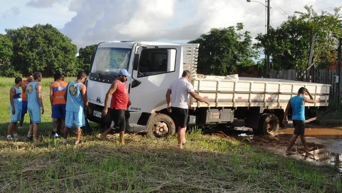 Caminhão atolado no campo do Atlético-AC (Foto: Duaine Rodrigues)