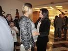 Luana Piovani recebe carinho de Malu Mader em estreia de peça no Rio