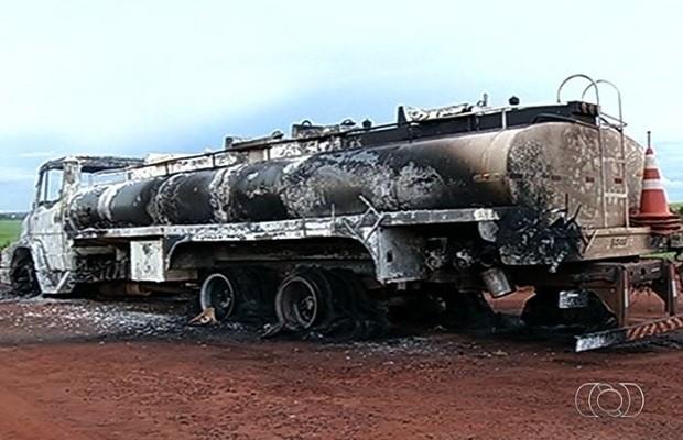 Caminhão fica destruído e pneus derreteram por causa de fogo, em Rio Verde, Goiás (Foto: Reprodução/ TV Anhanguera)
