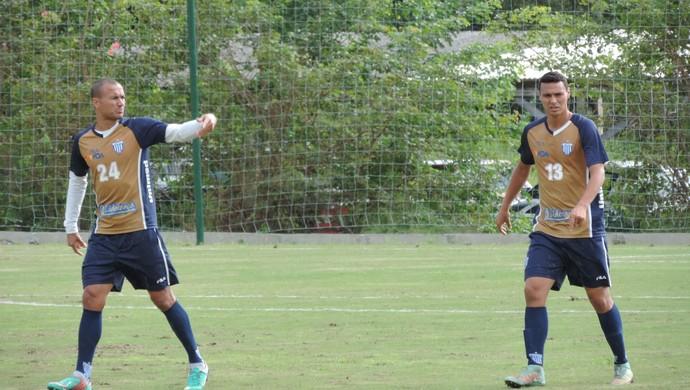 Emerson zagueiro Avaí Emerson treinou no lugar do zagueiro Antônio Carlos, liberado para resolver problemas pessoais (Foto: Diego Madruga)