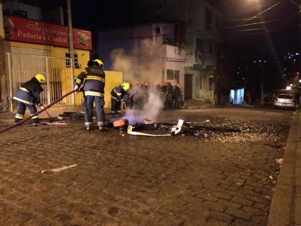 Bombeiros foram acionados para conter fogo colocado em pneus durante protesto (Foto: Paulo Ledur/RBS TV)