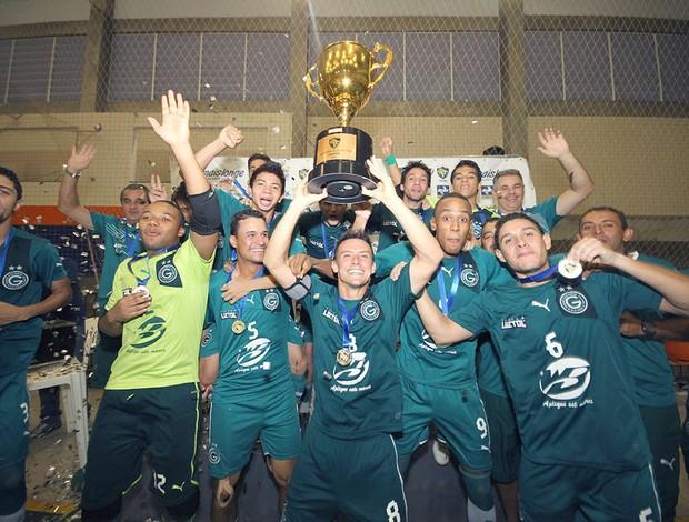 Time do Goiás comemora bicampeonato da Liga Centro-Oeste após vencer o Falcão 12 (Foto: Zerosa Filho/CBFS)