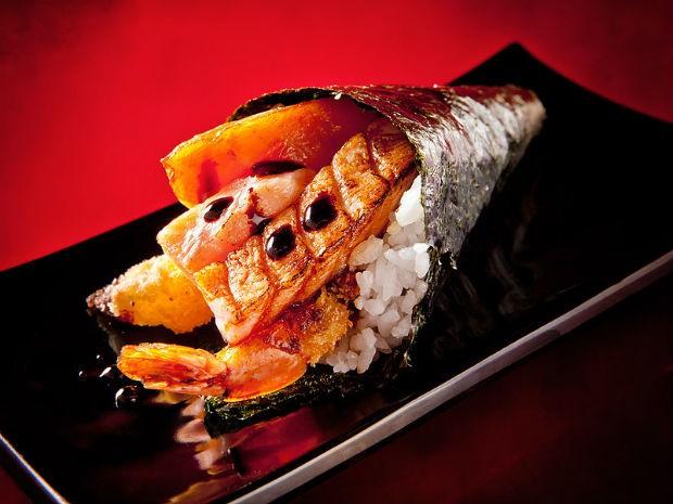 Temaki Dias conta com salmão flambado, cream cheese, camarão e molho tarê (Foto: Divulgação)