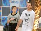 Isabella Santoni e o namorado, Lucas Wakim, passeiam em shopping no Rio