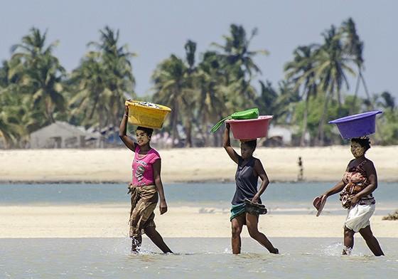 Três mulheres levam bacias com peixes que serão vendidos no mercado de Morondava. (Foto: © Haroldo Castro/Época)