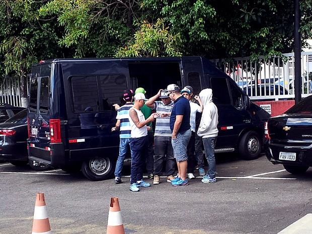 Familiares, amigos e empresário de Daleste chegarm para depor em Campinas (Foto: Marília Castelli/G1)