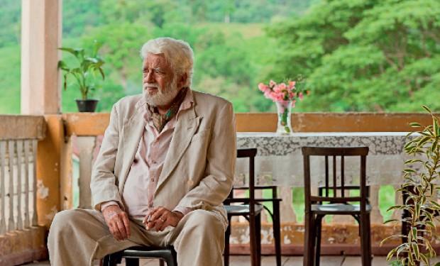 VIVENDO O PAPEL O ator Walmor Chagas na Bahia em 2012. Sofrendo de cegueira, ele interpretou o colecionador de arte cego Samir, no filme A coleção invisível, que deverá estrear neste ano  (Foto: Divulgação)