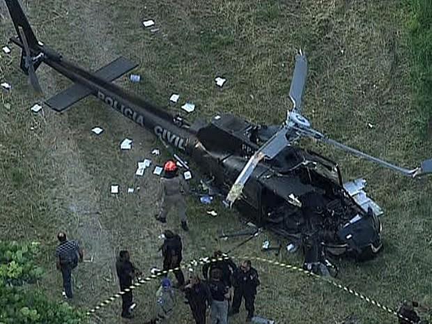 Helicóptero caiu por volta das 15h40 no Caju (Foto: Luís Bulcão / G1)