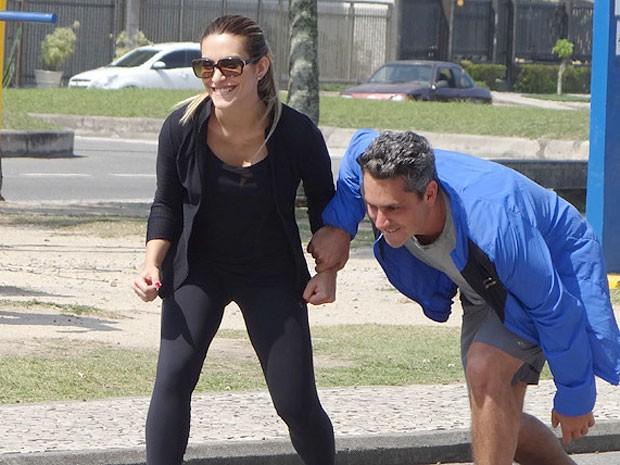 Cleo e Alexandre se divertem na gravação. Quem ganha essa corrida? (Foto: Salve Jorge/TV Globo)