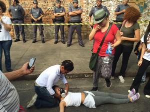 Jovem recebe ajuda após ação da PM perto de escola ocupada (Foto: Will Soares)