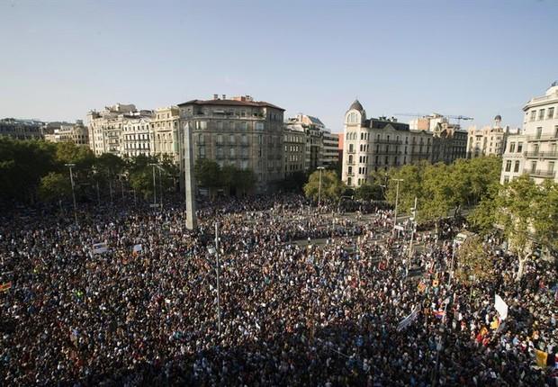 Manifestação lota ruas de Barcelona (Foto: EFE)