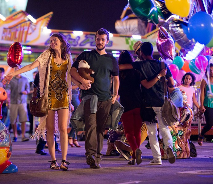 Camila e Giovanni curtem clima de romance em parque de diversões (Foto: Fabiano Battaglin/Gshow)