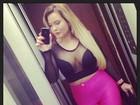 Geisy Arruda combina blusa transparente com calça pink