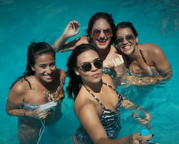 Após a descoberta, mulheres marcam encontros e se divertem com as histórias do ex (Foto: TV Globo)