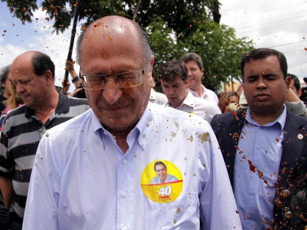 Alckmin (PSDB) é atingido por café na Av. Suassuna em Campinas durante caminhada com Jonas Donizette (PSB) (Foto: João Paulo Teixeira /  FotoArena)