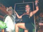 Com decotão e pernas de fora, Denise Rocha samba na Mocidade