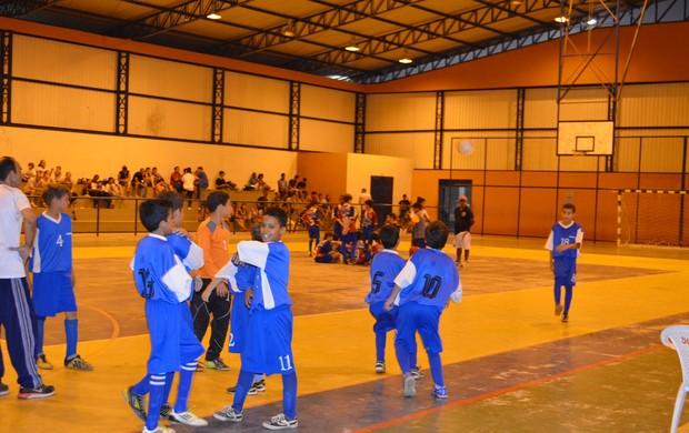 Tiradentes/Perin e Assincra/Sest/Senat entraram em quadra, mas não houve jogo (Foto: Nailson Wapichana/GloboEsporte.com)