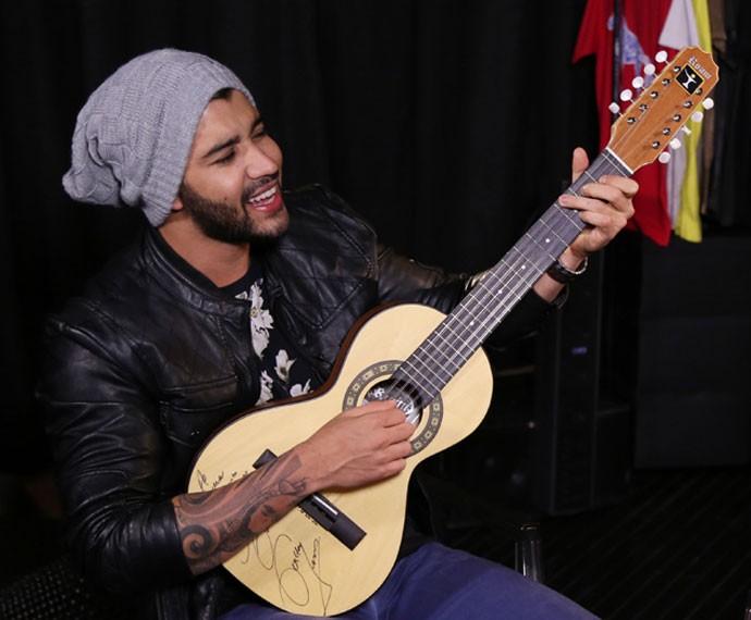Gusttavo Lima toca viola caipira em gravação do Altas Horas (Foto: Carol Caminha/Gshow)