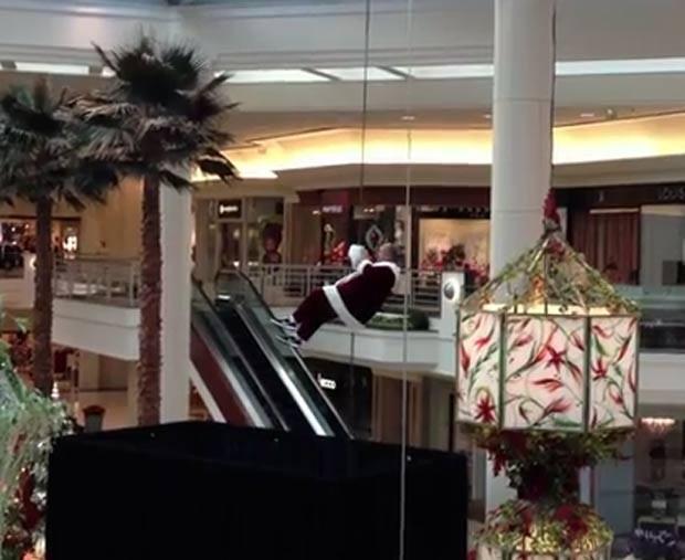Em 2011, um Papai Noel se envolveu em uma cena embaraçosa ao tentar descer de rapel em um shopping em Palm Beach Gardens, no estado da Flórida (EUA). O homem enroscou a barba e cabelo na corda e não conseguia descer. Durante a tentativa de descida, observado por várias crianças, o Papai Noel trapalhão acabou perdendo o gorro e a barba postiça (Foto: Reprodução)