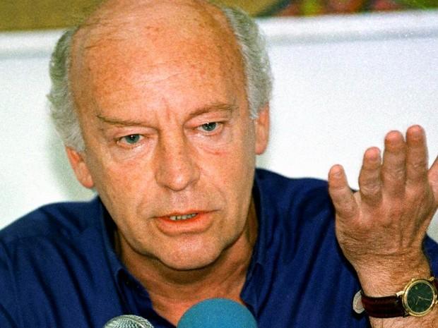Em junho de 1999, Eduardo Galeano fala à imprensa em visita a Havana, em Cuba (Foto: Niurka Barroso/AFP/Arquivo)