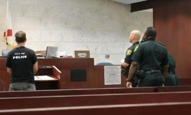 Americano usou camiseta com frase ofensiva no tribunal, mas ganha ação (Foto: Reprodução/LiveLeak/Michael Burns)